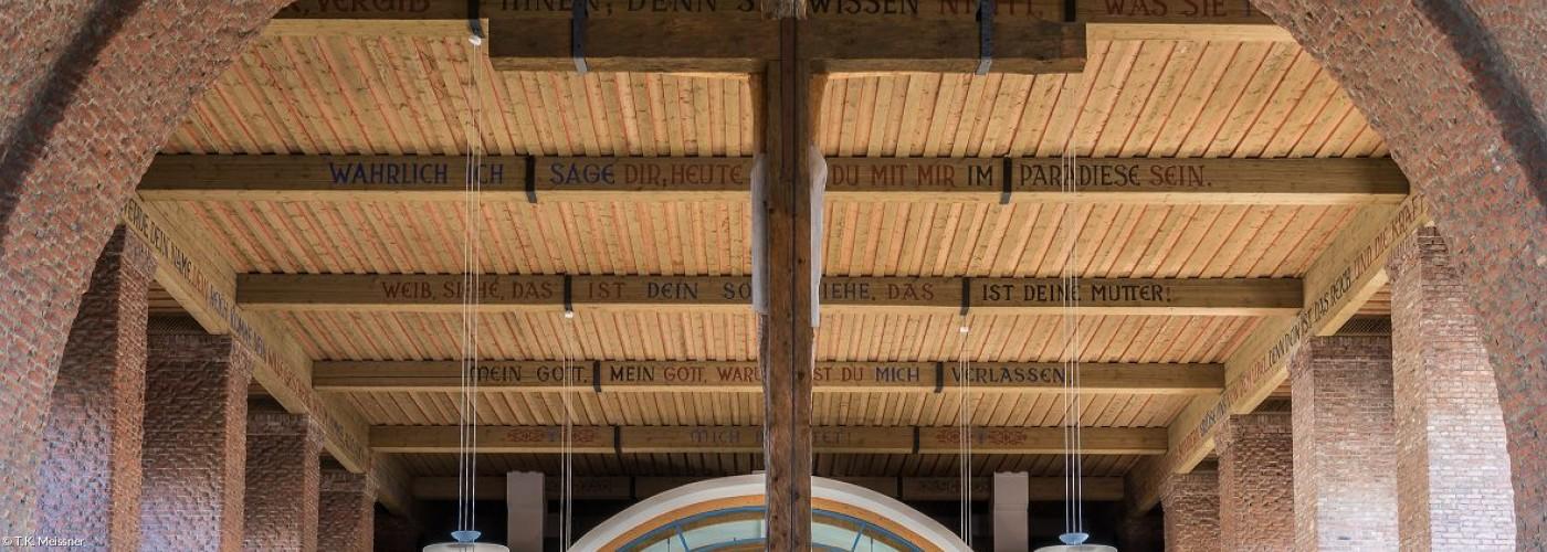 Holzbalken aus Sicht des Altars