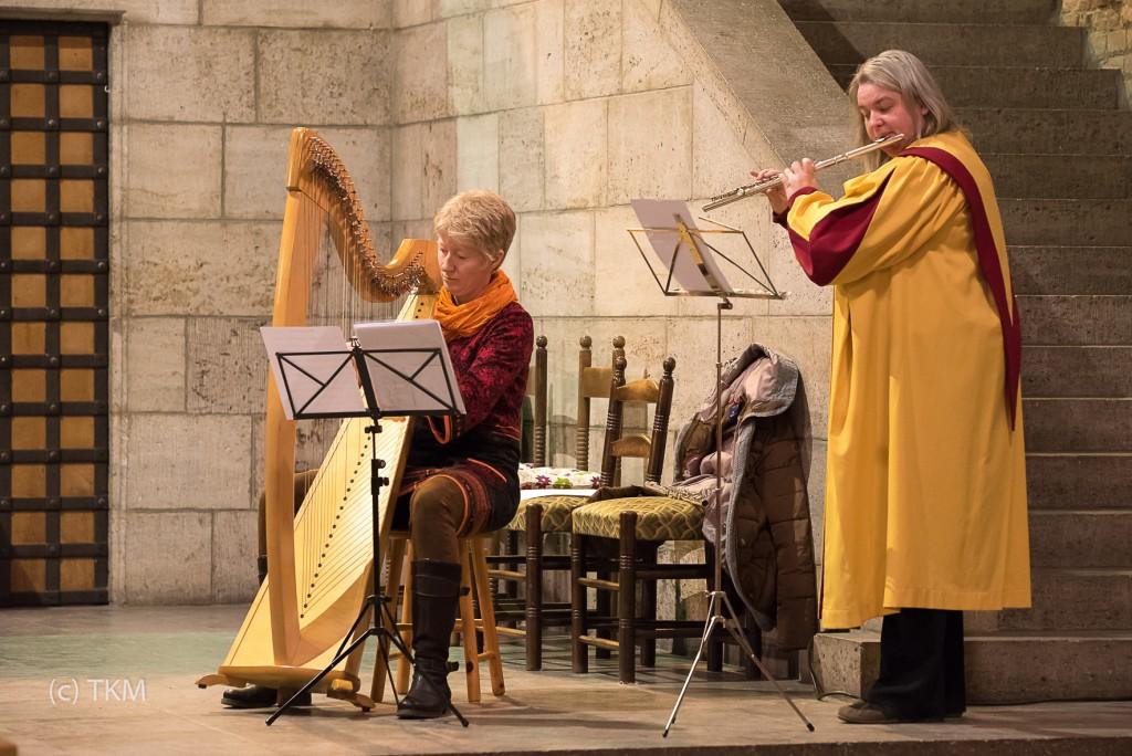 Flöte und Harfe begleiten den Handglockenchor