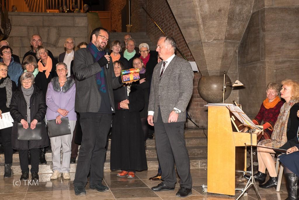 Pfarrer Bernd Reuther dankt Markus Nickel im Namen der Gemeinde und der KollegInnen