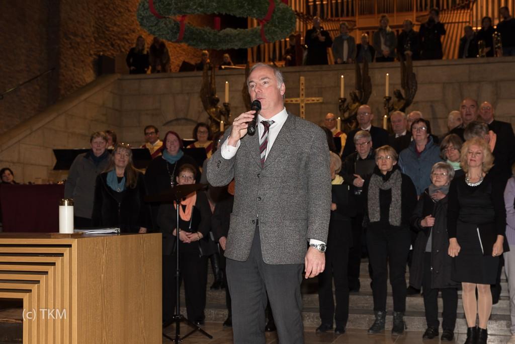 Markus Nickel dankt den Chören und MusikerInnen