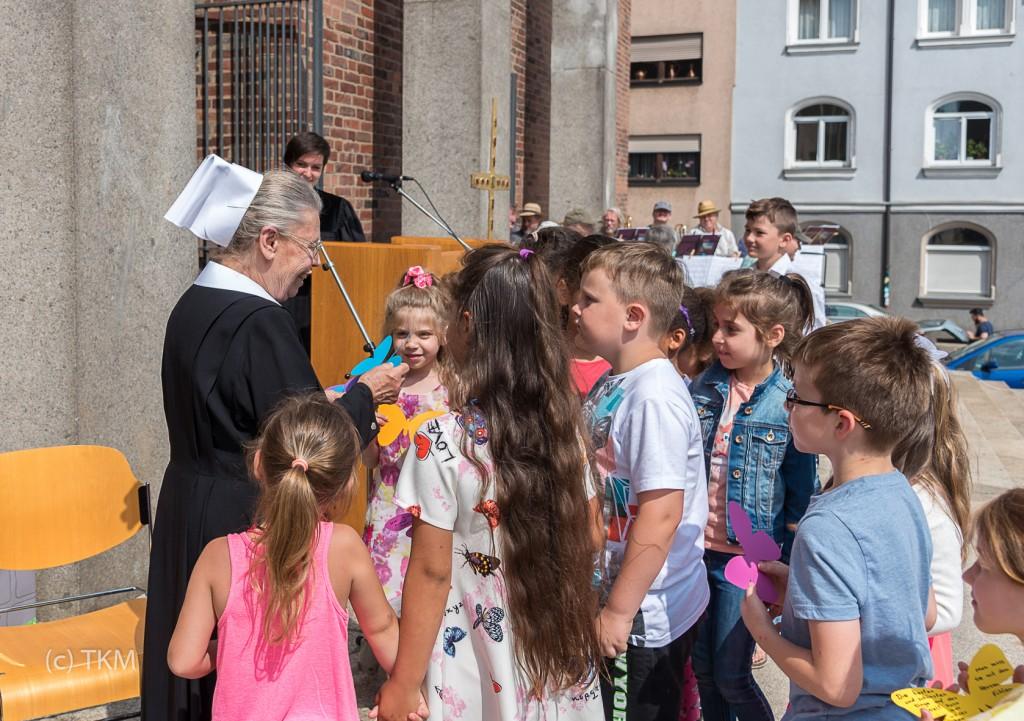 Die Kinder vom Kinderhaus Halskekids haben gute Wünsche für Schwester Anna auf die Schmetterlinge geschrieben.