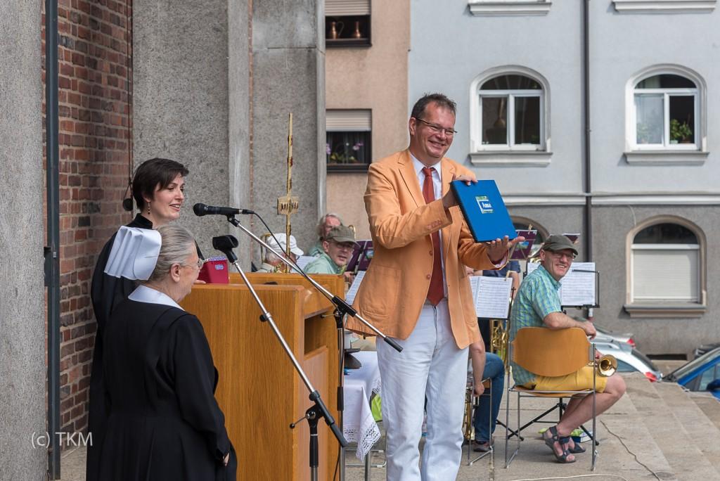 Pfarrer Bernd Reuther zeigt das Fotobuch für Schwester Anna.