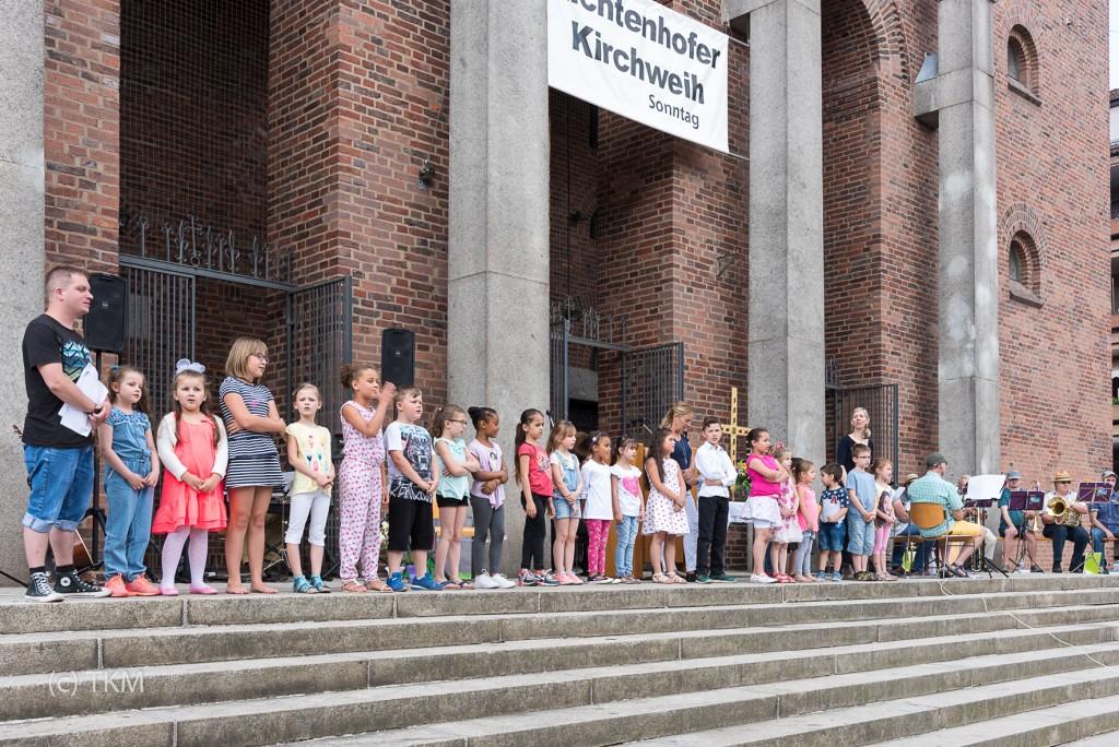 Die Kinder vom Kinderhaus Halskekids singen zusammen mit der Gemeinde das Segenslied zum Schluss des Gottesdienstes.