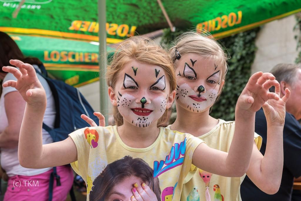Geschminkte Kinder bei der Kirchweih.