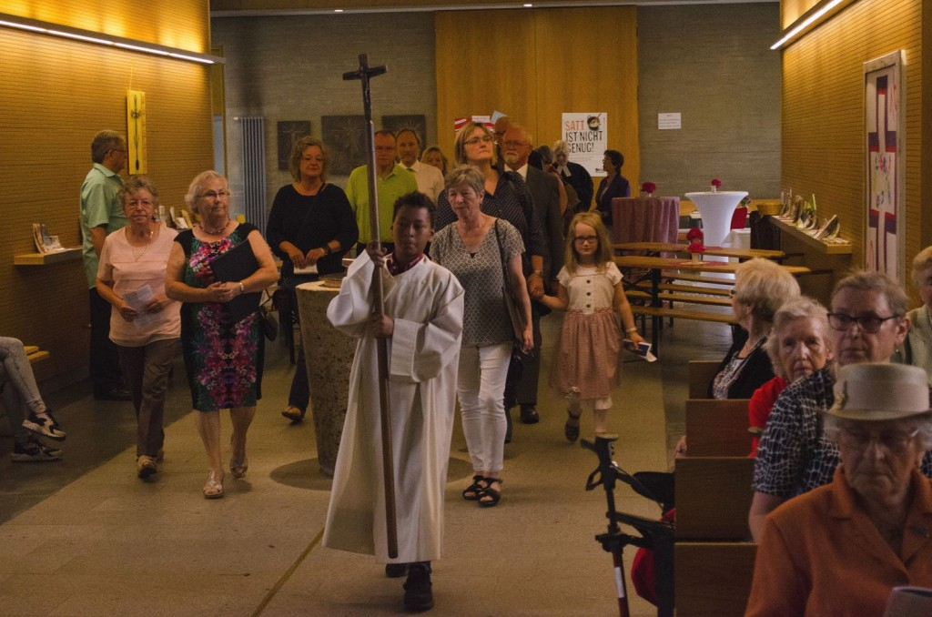 Einzug der KirchenvorsteherInnen der drei Gemeinden und der drei Pfarrerinnen