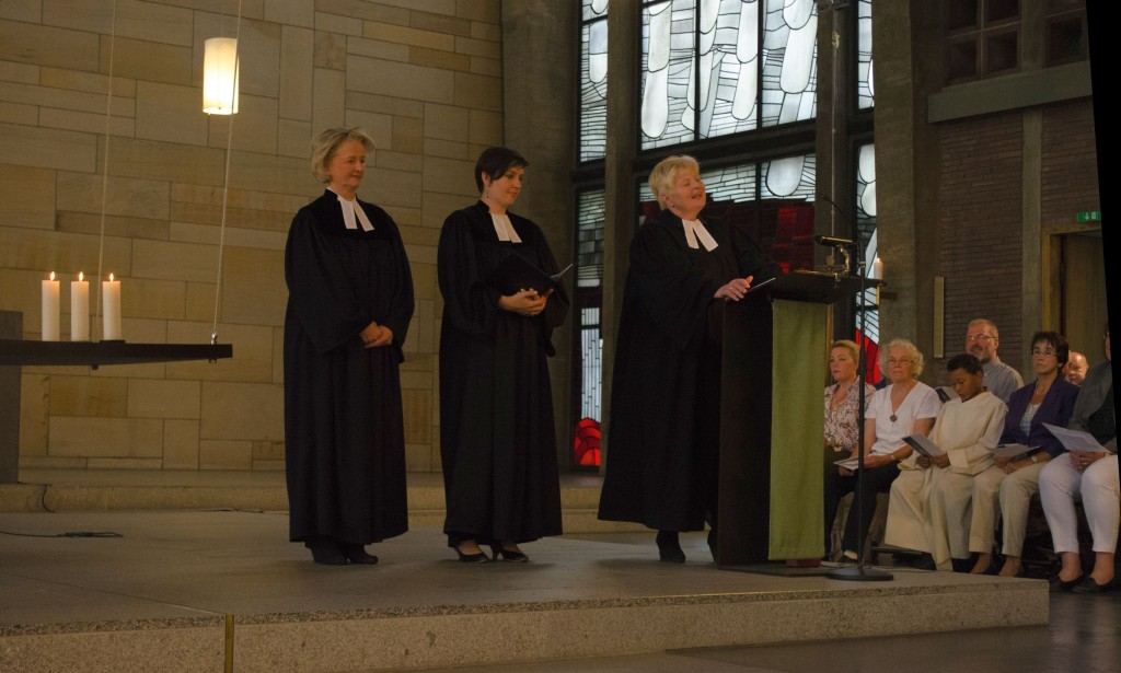 Drei Pfarrerinnen begrüßen