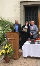 """Tom Keeton bekommt den """"Soli Deo Gloria""""-Preis durch Regionalbischöfin Hann von Weyhern und Dekanatskantor Nickel überreicht"""